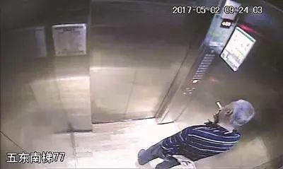 段勇在電梯內吸煙。圖片來自網絡