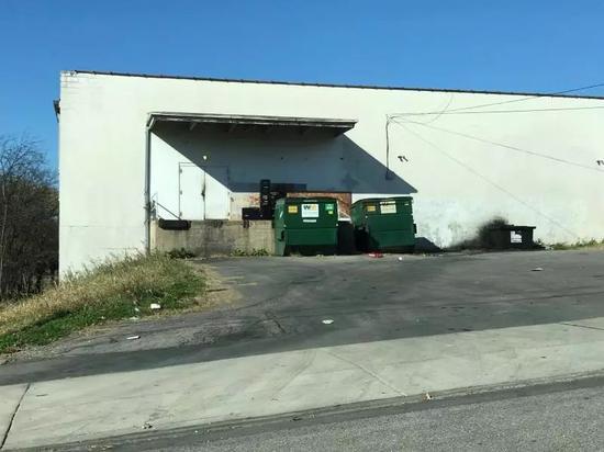 栅栏外的垃圾桶。受访者供图