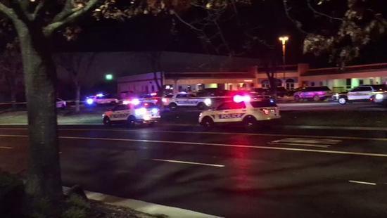 </div> <p>  据俄罗斯卫星网消息,当地时间15日,美国俄亥俄州沃辛顿(Worthington)发生枪击事件,致使2人死亡,至少1人受伤。</p> <p>  据美国媒体NBC4i网站消息,事件发生在一家酒吧内。警察确认2名男子在枪击中身亡,另一名受伤男子已经被送往医院。警方还称,目前尚未确认枪击发生在酒吧内还是户外。此外,警方还表示,目前并没有关于嫌疑犯的消息,已展开搜索。(编译/海外网 李萌)</p>         <p class=