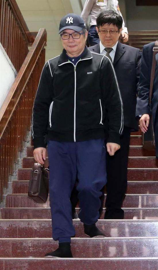 14日,蔡正元交保后,步出台北地方法院。(图片来源:台湾《中时电子报》)