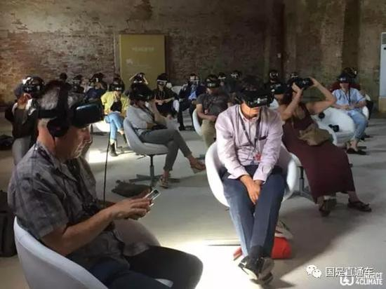 天下银行Film4Climate天气VR短片竞赛接纳虚拟现实手艺,在本届天气大会上博得了不少眼球。(彭大伟 摄)