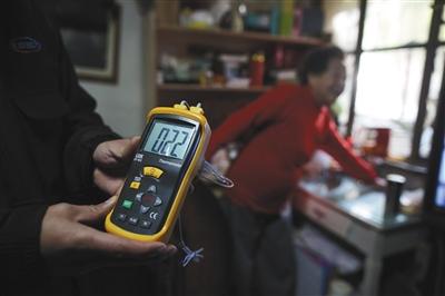 昨日是供暖首日,西马场南里22号楼住民家,热力公司事情职员入户测得室温为22℃。新京报记者 侯少卿 摄