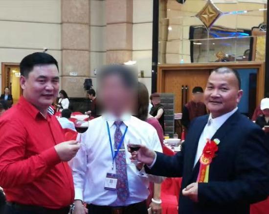 """""""上官凤笠""""(右)和同伴魏晨光(左)出席企业运动。"""