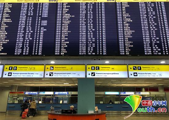 莫斯科谢列梅捷沃国际机场显示屏上满满的中文。中国青年网记者陈琛 摄