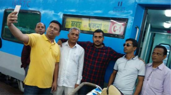 印度班丹(Bandhan)特快列车首次通车,乘客自拍留念。(图片来源:《印度快报》)