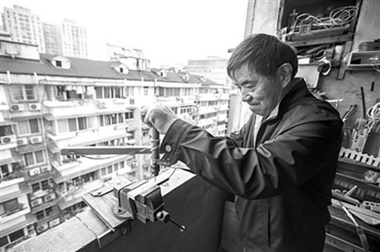 庞培华的工作室在自家七楼阳台上。 本文图片均来自都市快报