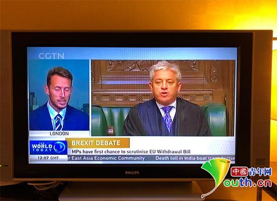 莫斯科当地电视画面,中国国际电视台(CGTN)紧跟在俄语电视频道之后。中国青年网记者陈琛 摄