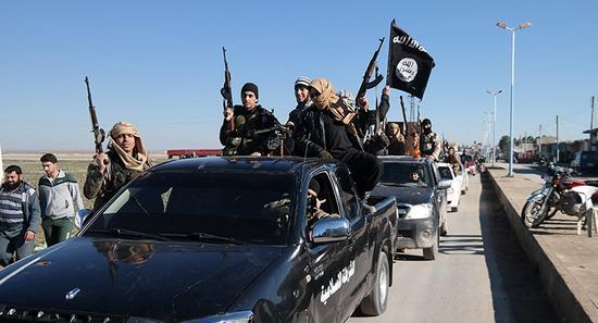 叙利亚东北部的一支极端组织车队(美联社)