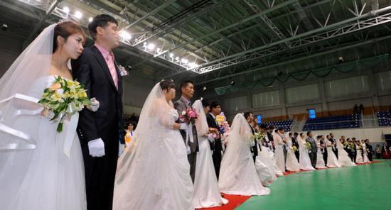 2012年,韩国光州,21对跨国恋情新人举行婚礼