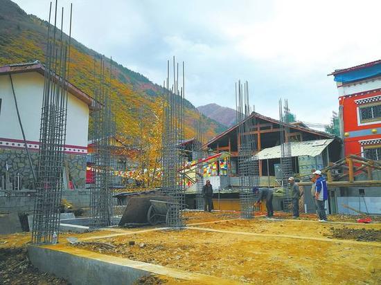 灾后重建中的九寨沟县漳扎镇漳扎村民房。