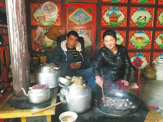 牙屯村村民蒋昌凤和丈夫在家准备晚餐。