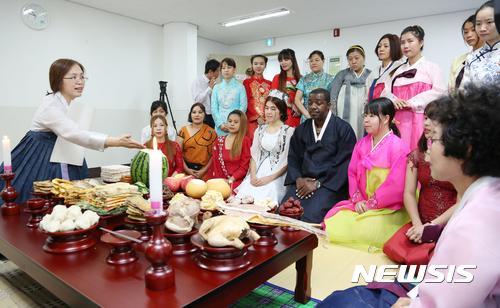 外籍新娘在学习韩国的祭祀文化
