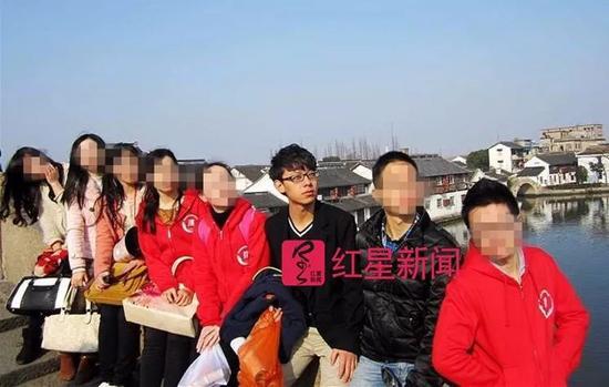 ▲陈世峰和同学的合影  受访者供图