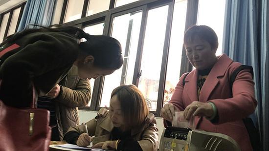 11月12日,天全二中召开家长会之际,家委会成员向家长们收取捐款动用了点钞机本文图均为澎湃新闻记者 王万春 胥辉 图