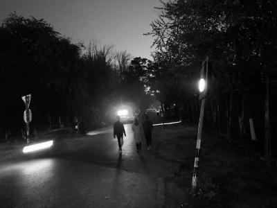 天纬四街北口行人摸黑走路。