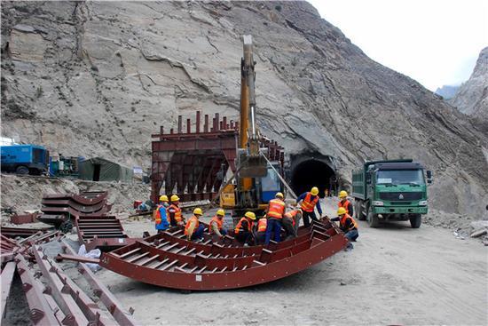 喀喇昆仑公路施工现场 图:ChinaDaily