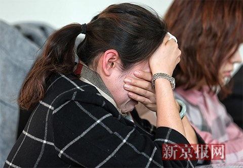 女童天台坠亡 亲属起诉开发商顺义法院开庭,王女士在原告席低声哭泣。