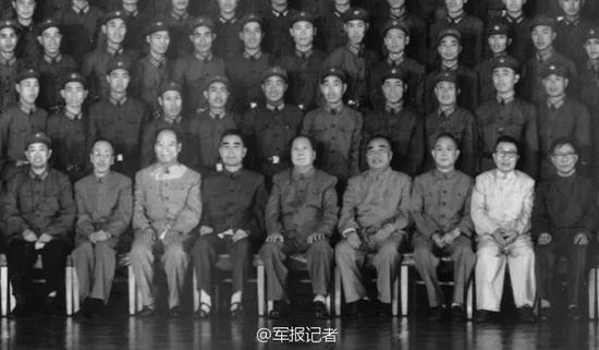 毛泽东、周恩来、朱德接见全营官兵