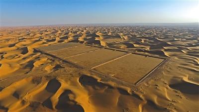 整治后 2015年10月,新京报记者重返腾格里沙漠排污池,整悔改的排污池被风沙徐徐笼罩。新京报记者 陈杰 摄