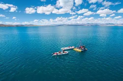 ▲9月4日,河湖源湖泊河流与环境变化考察队在湖心采样平台上进行科考作业 刘东君 摄
