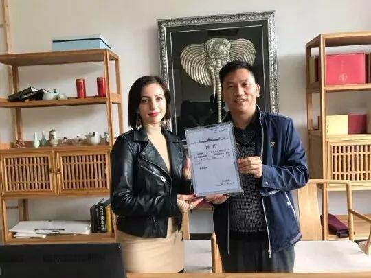 """▲丹寨副县长李白为新""""镇长""""发表聘书。受访者供图"""