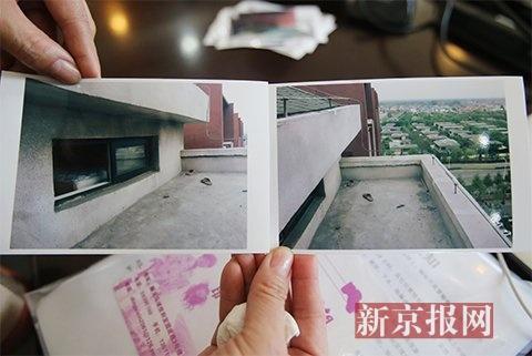 王女士出示涉案房屋天台照片。新京报记者 王贵彬 摄