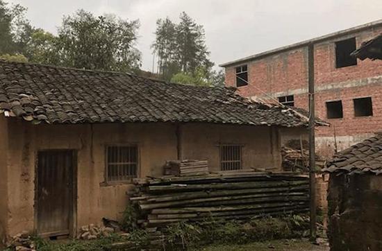"""明经国的""""空心房""""屋顶一侧已被破坏。图片来自网络"""