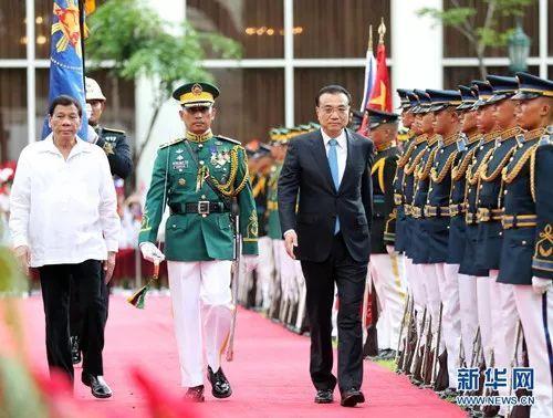 11月15日,国务院总理李克强在马尼拉总统府同菲律宾总统杜特尔特举行谈判。谈判前,杜特尔特在总统府广场为李克强举行盛大接待仪式。