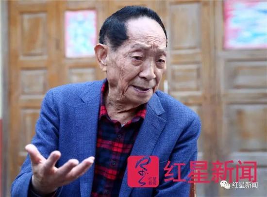 ▲袁隆平接受红星新闻专访。图片泉源:红星新闻