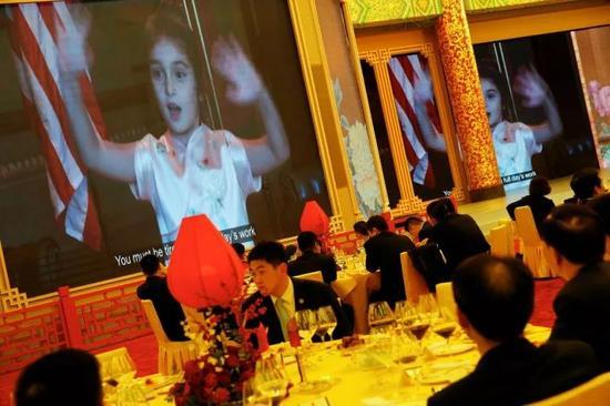 11月9日晚,国家主席习近平和夫人彭丽媛在人民大会堂举行宴会,欢迎美国总统特朗普和夫人梅拉尼娅。晚宴现场,大屏幕播放特朗普外孙女阿拉贝拉唱歌的视频。