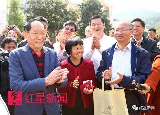 """▲""""吨半稻""""的目的实现了,袁隆平很开心。图片泉源:红星新闻"""