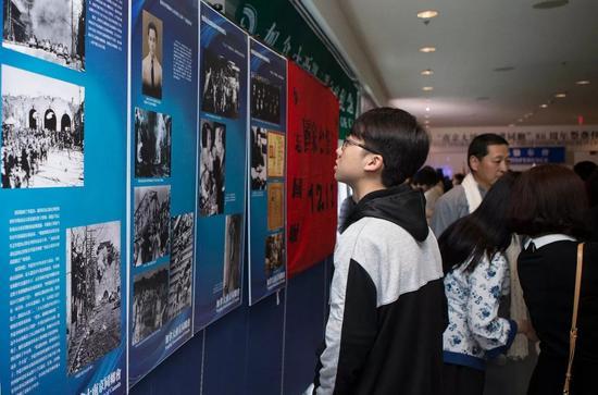 10月28日,在加拿大多伦多,人们观光南京大屠杀史料展。新华社发(邹峥摄)