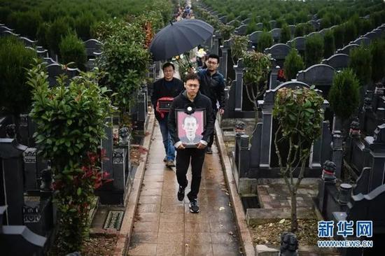 2017年11月17日,在江苏南京,佘子清的家人亲友为他送葬。 新华社记者 李响 摄