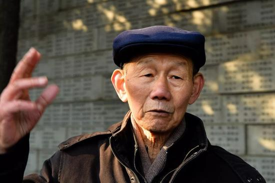 佘子清在侵华日军南京大屠杀罹难同胞纪念馆内向记者讲述昔时侵华日军屠城史(2014年12月4日摄)。新华社记者 李响 摄