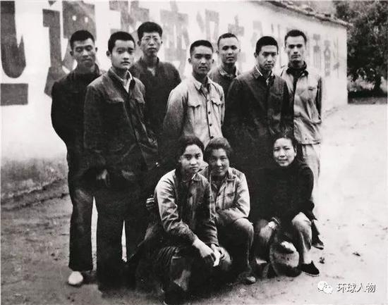 昔时在陕北康坪大队插队的北京知青合影,后排右一为王岐山。