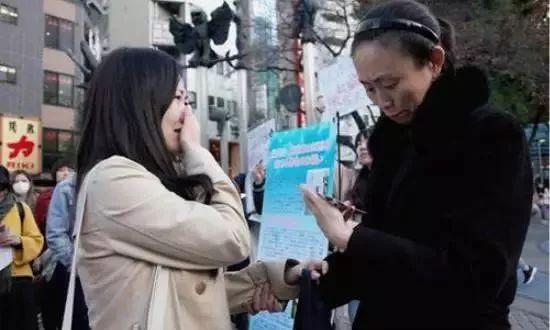 参加活动的在日华人(左)及江歌母亲。