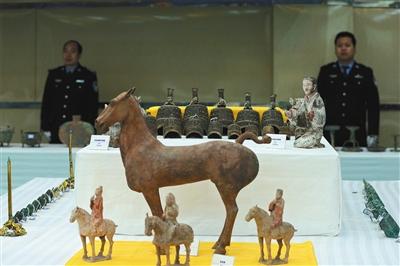 11月17日,公布会现场展示追回的文物。新华社发