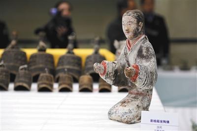 被追回的汉代彩绘跽坐陶俑。新华社发