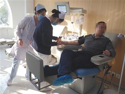 """11月16日,燕郊一献血屋采血室内,一名白血病患者家属正在进行""""互助献血""""。"""