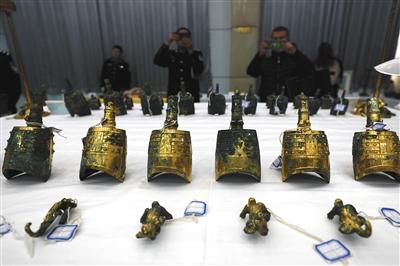 """陕西警方破获""""钩弋夫人""""墓被盗系列大案。11月17日,警方在公布会现场展示被追回的文物。新华社发"""