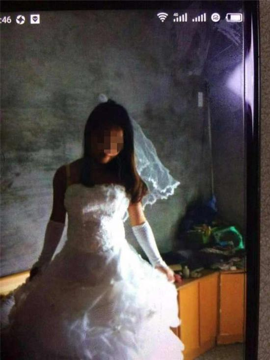 图为第三者身穿婚纱。