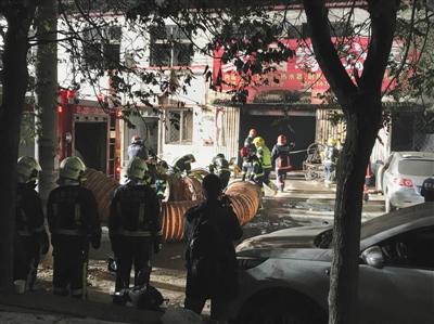11月19日,大兴区西红门镇新建村新康东路8号,消防职员在现场事情。 新华社记者 罗晓光 摄