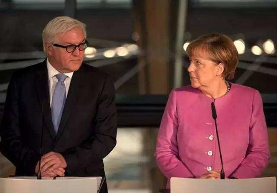 德国总统施泰因迈尔(左一)与德国总理默克尔(右一)。