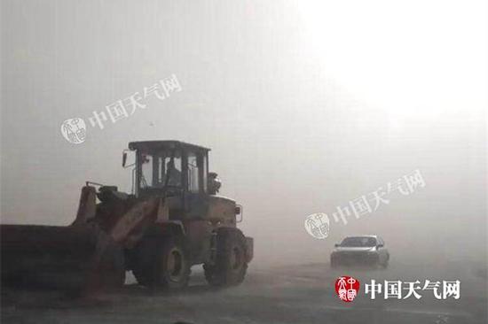 今天,锡林郭勒盟被大风沙尘笼罩,东乌珠穆沁旗境内公路能见度不足1公里。(额尔敦达来摄)
