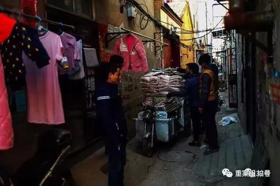 ▲11月20日,重庆的刘先生来北京做服装23年,今天他陆续将机械和货物搬离。新京报记者彭子洋摄
