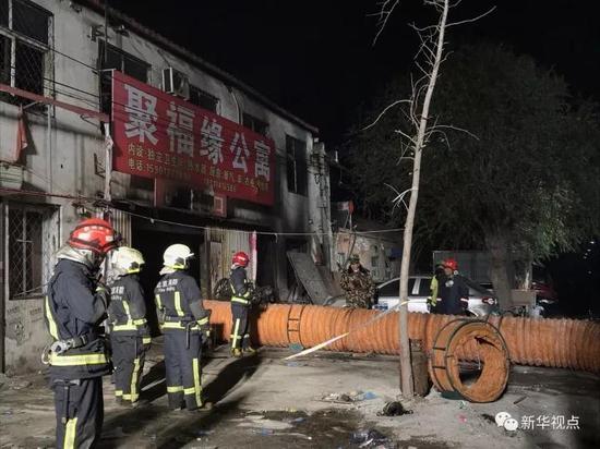 11月19日,消防职员在现场事情。新华社记者罗晓光摄