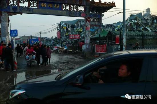 ▲大兴区西红门镇新建村的牌楼。新京报记者 彭子洋摄