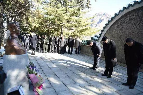 △宋涛在墓园内的毛岸英烈士墓前默哀
