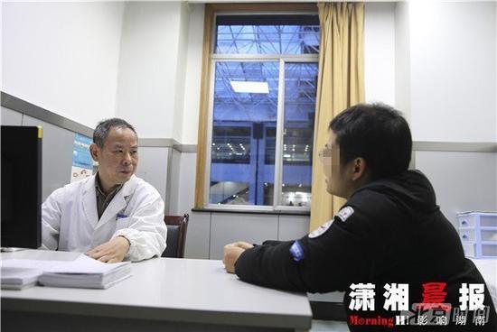 11月21日,假双性畸形人周磊(右)在湖南省第二人民医院泌尿外科检查。
