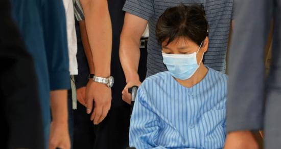 8月30日,朴槿惠因腰疼住院。检查结束坐轮椅离开